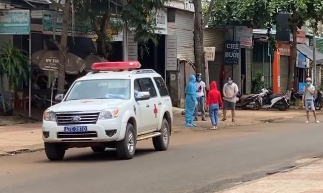 Lực lượng y tế đưa cô gái (áo đỏ) về lại khu cách ly tập trung. Ảnh:T.T.